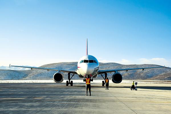 夏河机场通航以来,累计完成航班起降754架次,旅客吞吐量41784人次,货邮吞吐量150吨。   成都——夏河——银川航线,将彻底打通我州北上、南下、西进、东出的空中通道,成为甘南经济社会发展的新引擎。   马保真 摄影报道