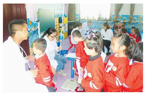 卓尼对城区入园儿童进行健康检查并建立保健手册
