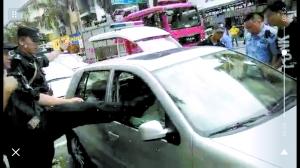 1岁娃被困车内一小时 警方踹窗救援