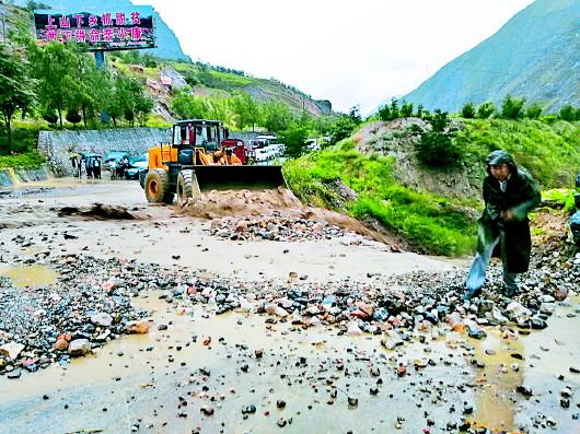 连续降雨造成迭部县、舟曲县境内多处发生山体塌方和水毁