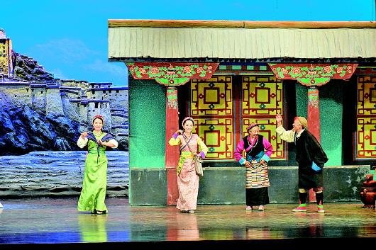 由西藏自治区藏剧团编剧演出的藏戏《朗萨雯波》在甘南大剧院上演