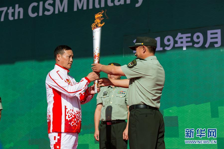"""(体育)(1)第七届世界军人运动会火炬传递活动第二站在""""开国大典红一师""""举行"""