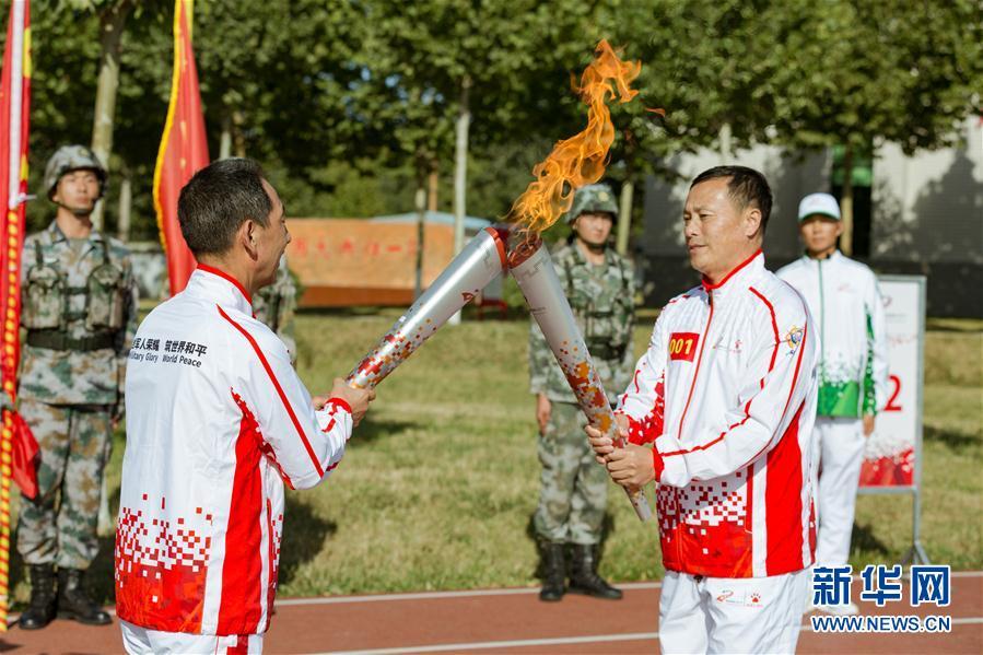 """(体育)(2)第七届世界军人运动会火炬传递活动第二站在""""开国大典红一师""""举行"""