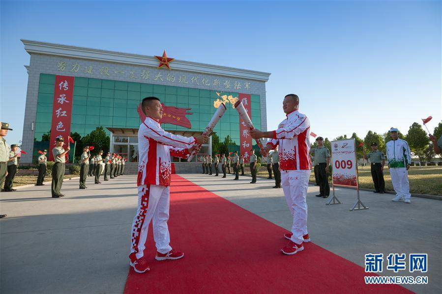 """(体育)(3)第七届世界军人运动会火炬传递活动第二站在""""开国大典红一师""""举行"""