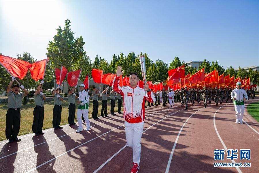 """(体育)(6)第七届世界军人运动会火炬传递活动第二站在""""开国大典红一师""""举行"""